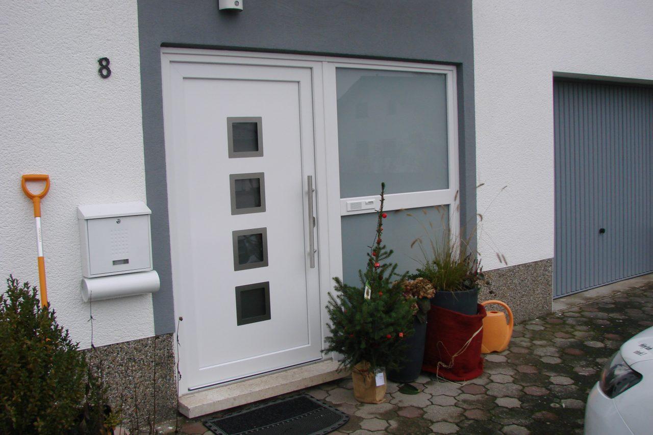 Haustür mit integrierter Klingel
